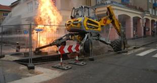 Po prerazení potrubia v Novej Dubnici museli zasahovať hasiči