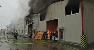 Rozsiahly požiar v Prievoze sa hasičom v noci podarilo zlikvidovať