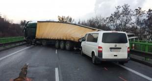Pri nehode dvoch kamiónov s osobným autom sa zranilo 6 osôb