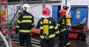 V bratislavskom Prievoze zasahujú desiatky hasičov