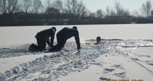 Pri výcviku v potápaní pod ľad sa zúčastnili pezinskí a seneckí hasiči