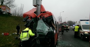 Pri dopravnej nehode autobusu mestskej hromadnej dopravy sa zranilo 10 osôb