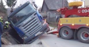 Púchovskí hasiči v stredu zasahovali pri prevrátenom nákladnom vozidle