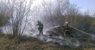 Požiar trávnatého porastu ohrozujúci železničnú stanicu