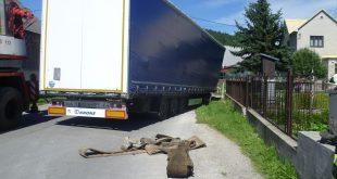 Kamión v Oščadnici museli vyťahovať hasiči