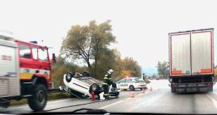 Pri Kysuckom Lieskovci sa prevrátil osobný automobil na strechu, začínajú sa tvoriť kolóny