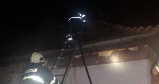 Hasiči zasahovali pri požiari domu vo Veľkých Dvorníkoch