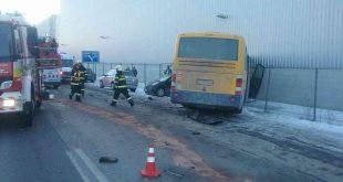 Pri dopravnej nehode dvoch vozidiel s autobusom sa zranilo 9 osôb