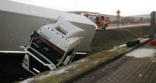 Havarovaný kamión uviazol po dopravnej nehode v priekope vedľa cesty