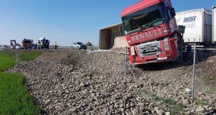 V pondelok sa na R1 prevrátil kamión so štrkom