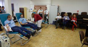 Hasiči a policajti darovali krv