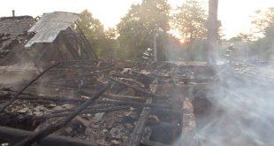Pri požiari rodinného domu prišla rodina o strechu nad hlavou
